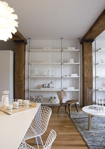 Ett sätt att hålla en vit interiör varm är att blanda med trä.