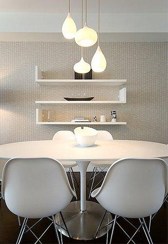 Finaste stolarna och varierade lampor, om man inreder i en färg är det en bra idé att leka med olika former och material istället för variationens skull.