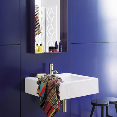 Bilden från LivingETC är toppenfin tycker jag, en riktigt koboltblå toalett känns roligt. Jag är inte så blå av mig, men jag gillade kicken man får av att titta på det här rummet.