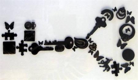Här ser man alla små föremål som sprayats svarta och utgör tavlan.