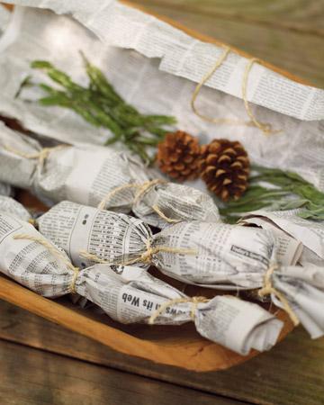 """5) Mer av ett vintertips kanske, men funkar så klart året om. Lägg små kottar och torkade örter som rosmarin och kanel i tidningspapper, knyt om ändarna med brännbar tråd och stick in de små """"karamellerna"""" bland vedträna när du ska tända brasan. Tänd på i ändarna på tidningspappret och låt god doft sprida sig medan elden tar sig. Fint att ha framme dessutom!"""
