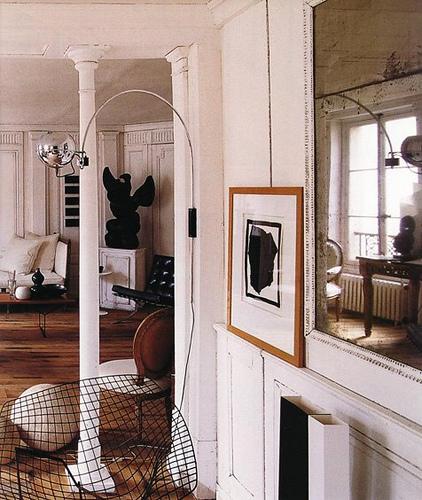 Stora rum, mycket vitt. Och pelare!