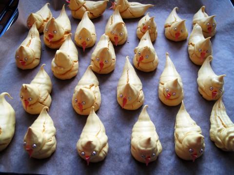 Dekorera kycklingarna med silverkulor och små näbbar av orange papper. (Mina är ett sönderklippt gratulationskort som alltså är lite styvare.) In i ugnen i tre timmar, och låt dem torka vidare i eftervärmen sen. Klart! En liten påskarmé av gul maräng!
