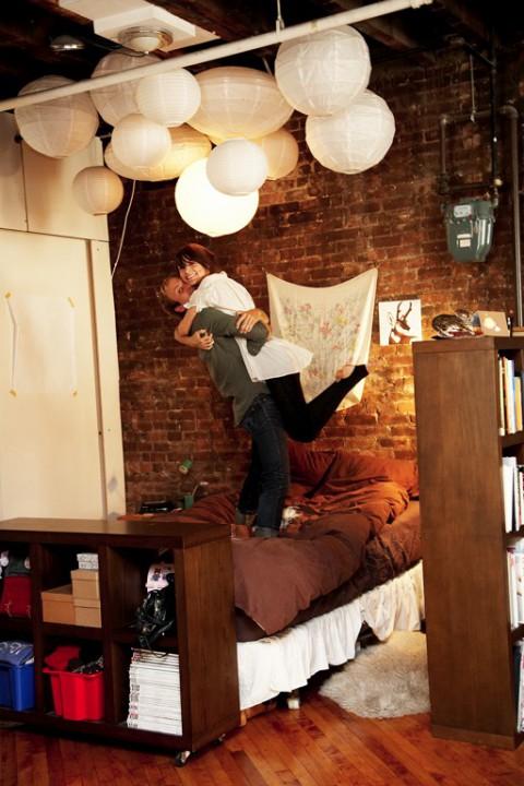 Om jag hade högt i tak (och tegelvägg...) så hade jag gärna hänt ett helt gäng rislampor i olika storlekar tillsammans. Mysigt! (Och här ser ni vad jag menar med charmiga porträtt också.)