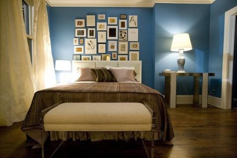 Lite fler tavlor över sängen, men i övrigt väldigt likt!