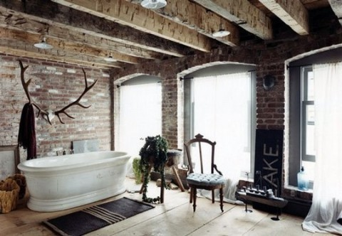 Det här makalösa badrummet pryds av ett jättehorn på väggen som morgonrocken hängs på. Praktiskt och vackert!