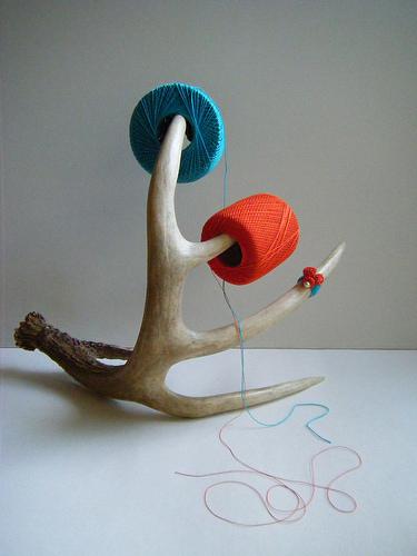 Ett enstaka horn blir en vacker skulptur på ett bord. Färgglada nystan kan antingen förvaras på hornet, eller bara ge en färgglad accent till skulpturen.