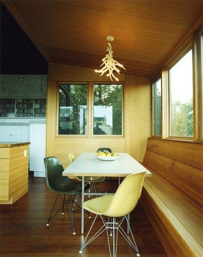 En hornliknande lampa passar bra i det här huset med en organisk känsla.