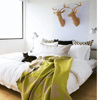 Vill man inte ha äkta vara går det ju lika bra med fejk. Fina huvuden i trä (?) pryder sin plats över sängen.