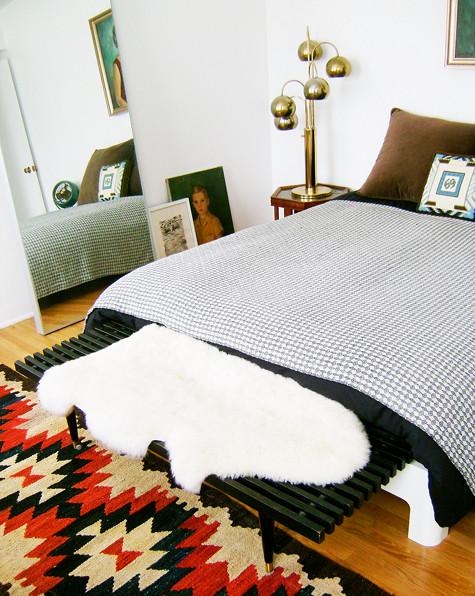 Sovrummet, jag är helt kär i lampan på sängbordet och jag älskar mixen av mönster.