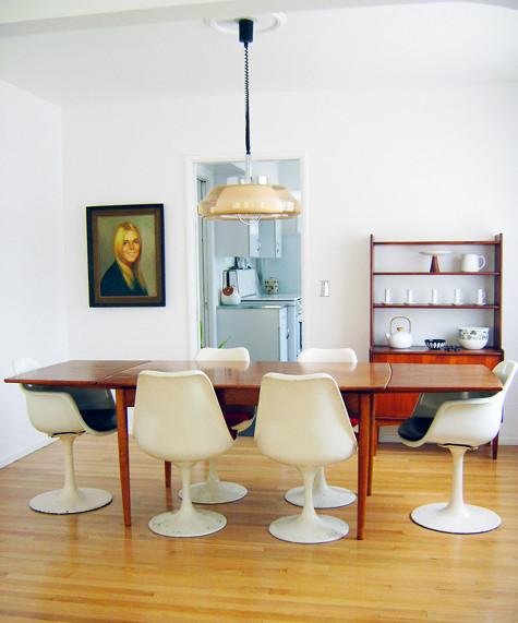 Saarinenstolar, yumyum! I stort sett allt i huset är fyndat för 100 dollar eller mindre, det tycker jag är det bästa av allt!