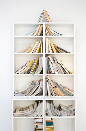 Arrangera om böckerna i dina Billybokhyllor till en litterär julgran.