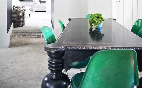 Ojoj, så vansinnigt läckert med illgröna skalstolar till ett svart bord!