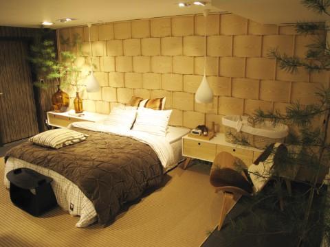 En finurlig vägg som påminde om flätad näver och ett riktigt alphotellssovrum.