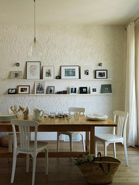Strukturen på väggen ger extra dimension till rummet.