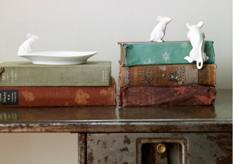Hur söt är lilla musen som kravlar upp på boken?