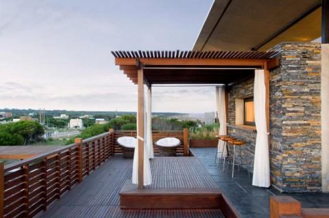 En onödigt stor terrass som måste utnyttjas – jättejobbigt. Och varmt klimat är det också, så man har inga ursäkter att stanna inomhus.