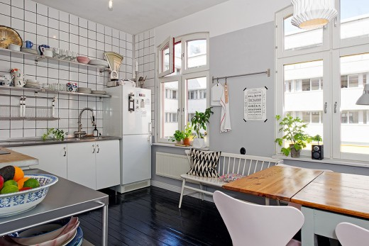 Kvadratiskt kakel i köket.