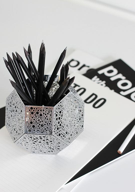 Tom Dixon's Etch as a pencil holder via Nordicleaves.com – Husligheter.se