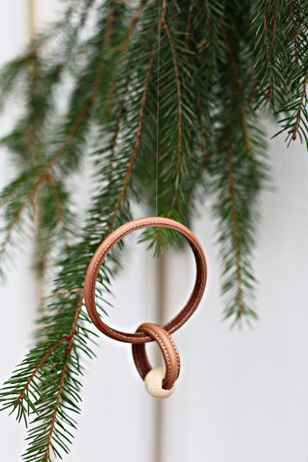 DIY leather xmas ornament by Chez Larsson – Husligheter.se