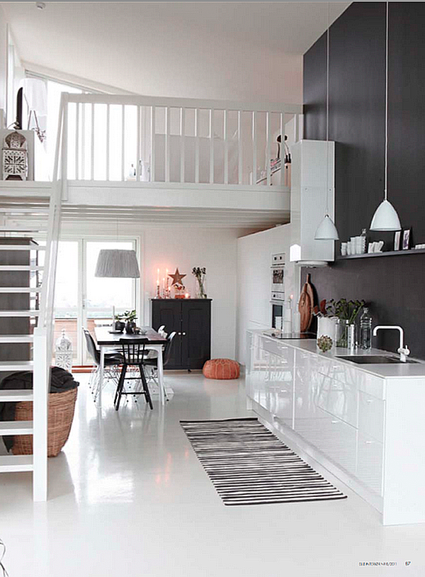 Ett högblankt vitt kök mot en matt svart vägg, ja tack! En hylla i samma färg som väggen blir pricken över i:t.