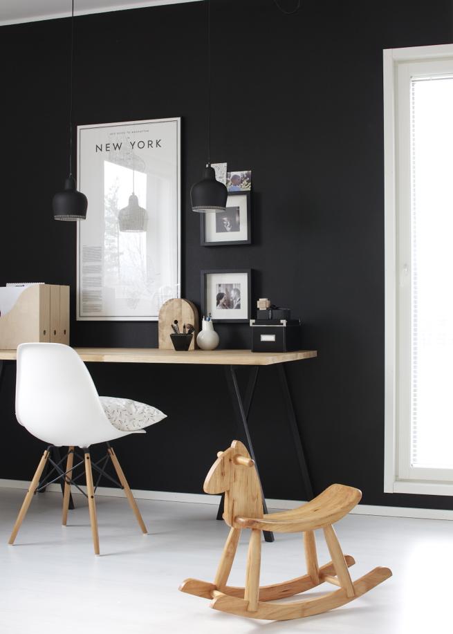 Kontrasten kan också vara mellan golv och tak, som här där ett vitt golv och en svart vägg får kontrastera mot varandra.