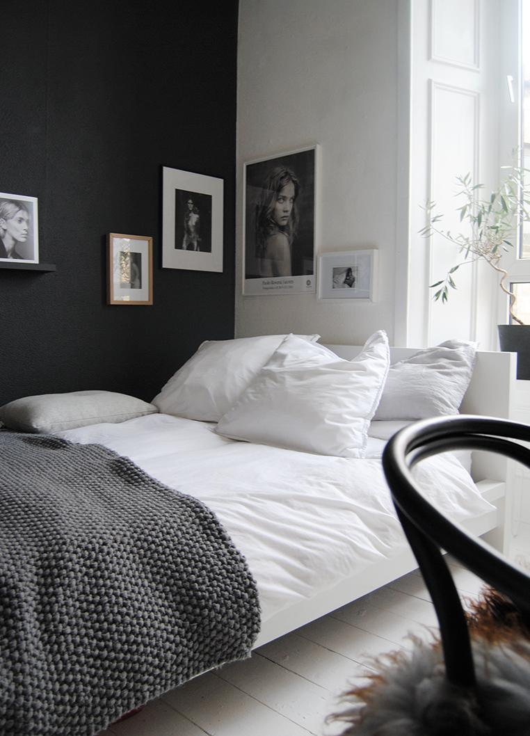 Det behöver inte vara väggen vid sängens huvudände som blir fondvägg. Ännu snyggare är det att ta den andra väggen, och sedan hänga konstraterande konst för att framhäva effekten ännu mer.