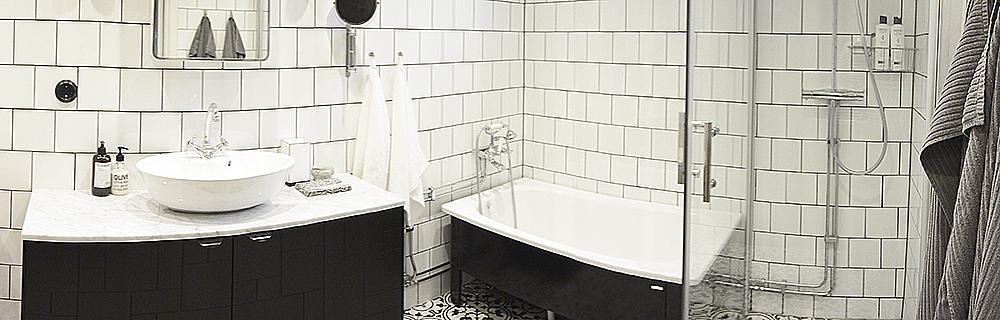 En liten panoramabild över badrummet, det som inte syns är toalett och bastu. Foto: Maria Soxbo/Husligheter.se