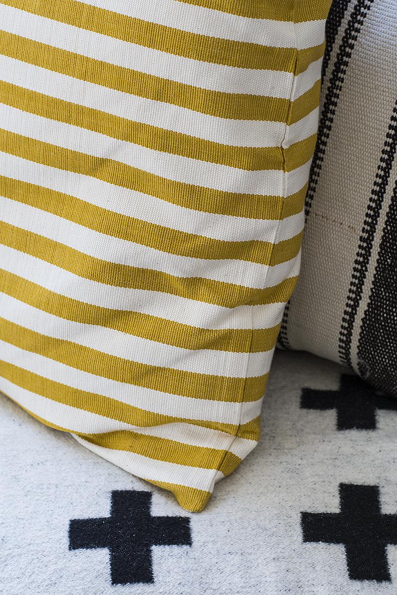 Afroart and vintage kelim pillows, Pia Wallén Cross blanket. Photo: Maria Soxbo/Husligheter.se