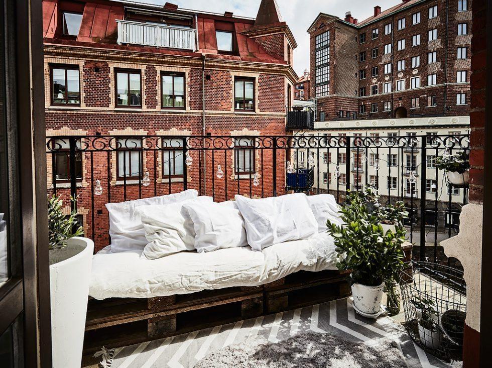 Soffa av lastpallar på balkongen. Inspiration via Entrance mäkleri – Husligheter