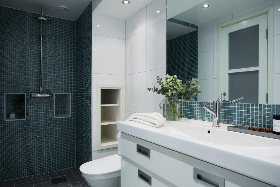 Inbyggda hyllor i badrummet – ESNY – Husligheter