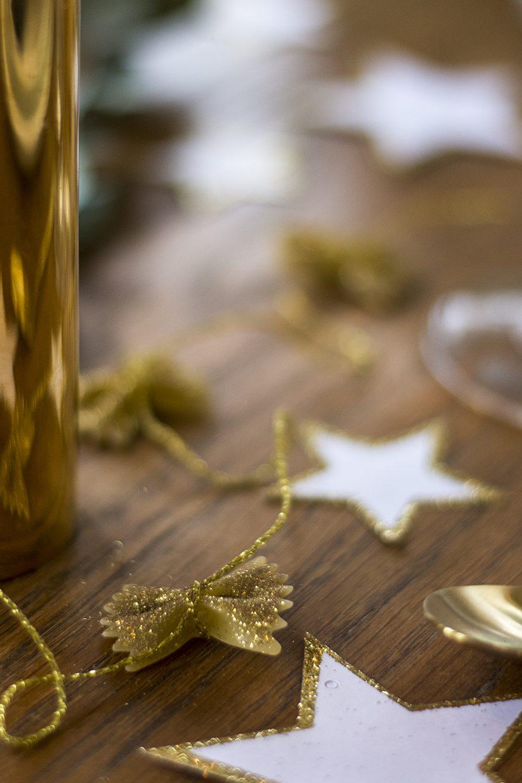 Nyårsdukning girlanger av guldsprayade farfalle – Husligheter