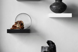 Konstvägg med små hyllor – Livet hemma – Husligheter