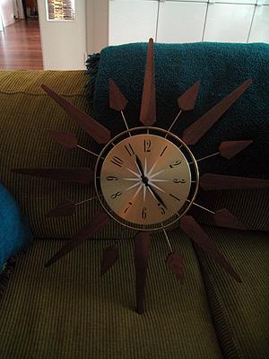 Härlig starburst-klocka (sök på starburst clock eller sunburst clock) som det finns massor av på eBay. Tänk på att välja en batteridriven så du slipper byta från amerikansk kontakt. Då slipper du dessutom en ful sladd. Nu ska jag bara få upp den också.