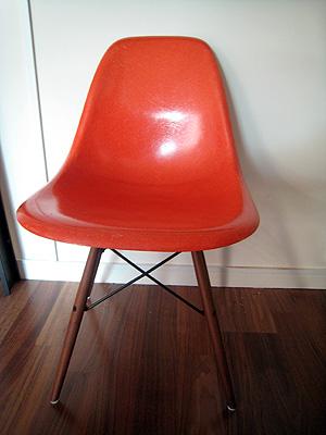 """Eames-stol. Köpte """"skalet"""" för sig och benen för sig. Benen är nytillverkade, sitsen original. Har flera såna här - skalen väger ju nästan inget så det blir inte dyrt trots frakt från USA."""