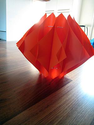 Fin orange lampa som ska hängas i sovrummet, men det har inte blvit av än. Kom i platt paket förstås.