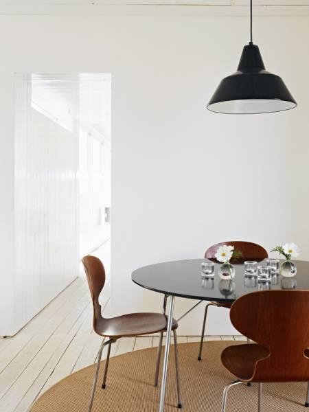 Industrilampa, trebenta Myror och ekollonglas (om jag inte ser fel) på bordet.