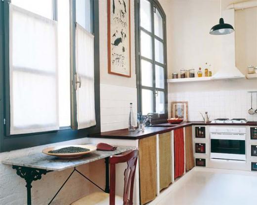 Varma färger och mycket rymd i köket.