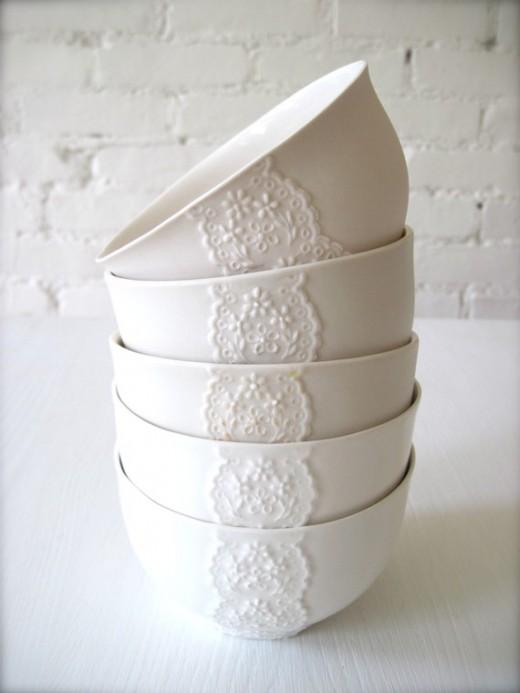 Enkla vita skålar med en liten spetsdetalj på.