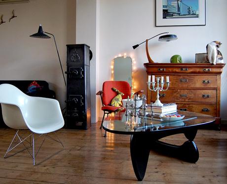 Mysigt och ombonat vardagsrum med Noguchi och Eames.