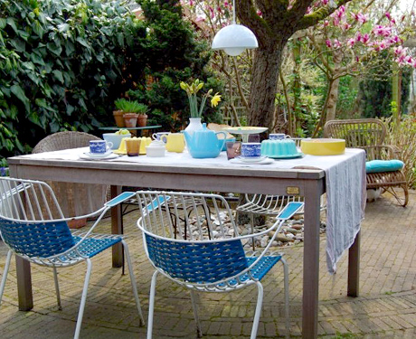 Läckert med Panton-lampa utomhus och här vill man ju sitta och dricka rosévin en sommareftermiddag!