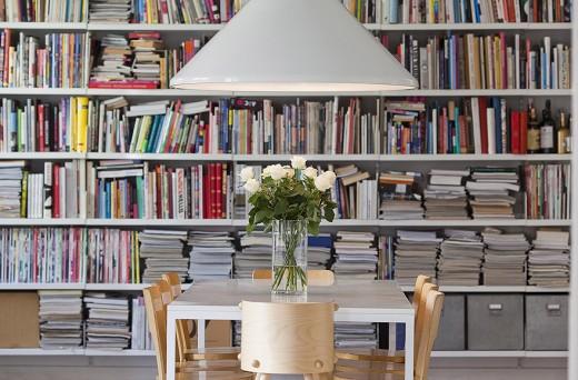 En härligt småstökig bokhylla.