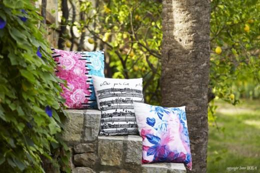 Kudden med blommor och ränder är en annan av Lyckes favoriter. Foto: IKEA