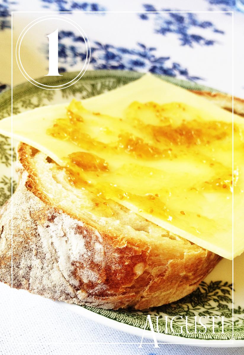 Smaskigt bröd från Leva kungslador till frukost, med ost och fikonmarmelad ovanpå och serverat på loppisfyndade tallrikar. Sommar i ett nötskal! Alla foton: Maria Soxbo/Husligheter