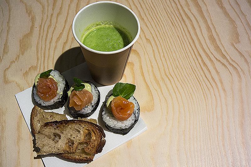 """""""Lunch""""! Älskar sushi, men tre bitar och en liten kopp ärtsoppa står man sig inte en hel dag på. """"Tilltugg"""" hade varit en bättre benämning..."""