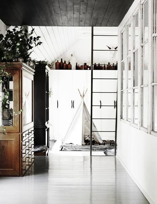 Ett svart tak i ett i övrigt ljust hem blir otroligt effektfullt! Det sänker dock taket, så välj rätt rum för det.