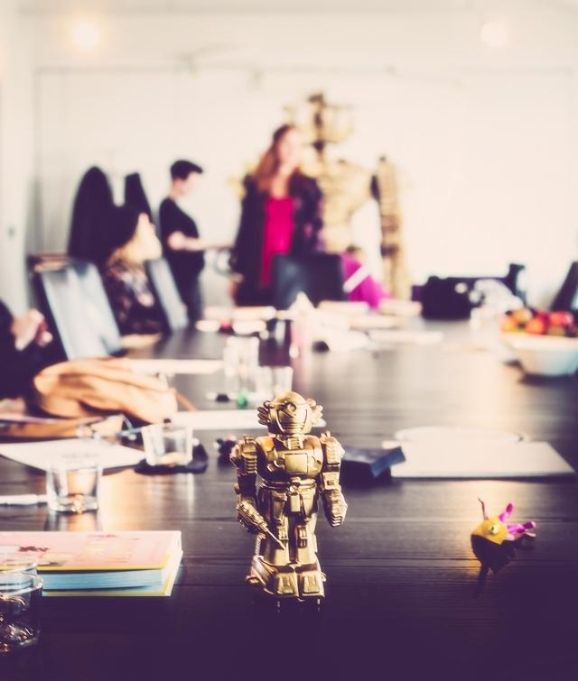En guldsprayad robot som förvandlades till tapeten ni ser i bakgrunden. Foto: Sofia Jansson/Mokkasin