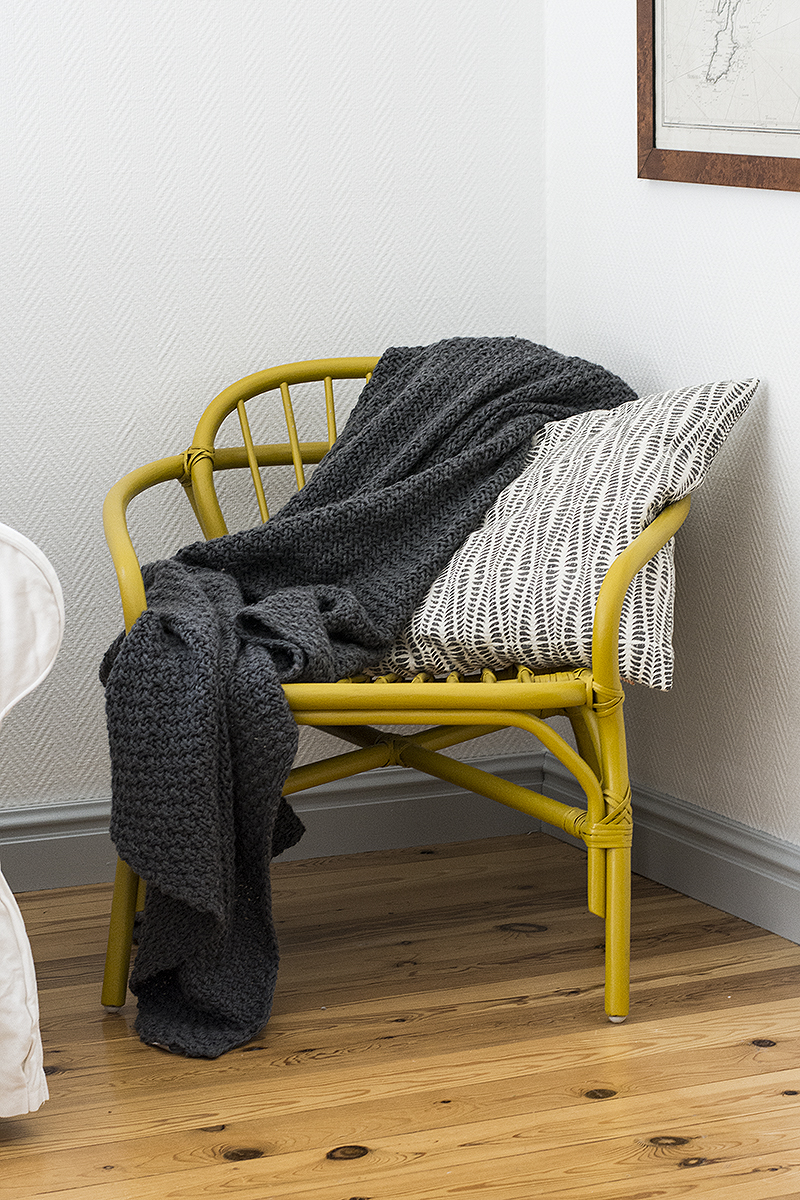Afroart pillow, Habitat throw, IKEA chair. Photo: Maria Soxbo/Husligheter.se