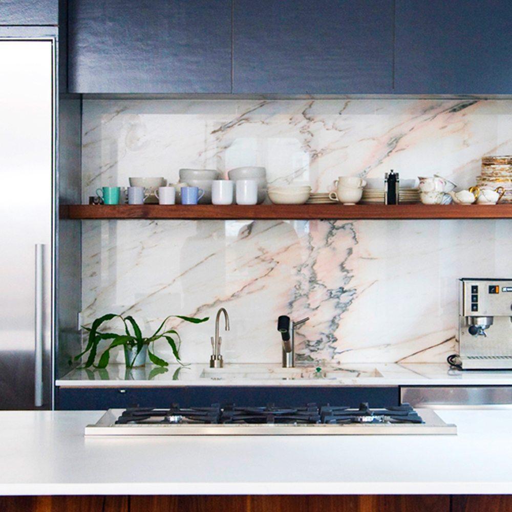 Mörkblått kök med marmorskiva – Husligheter.se