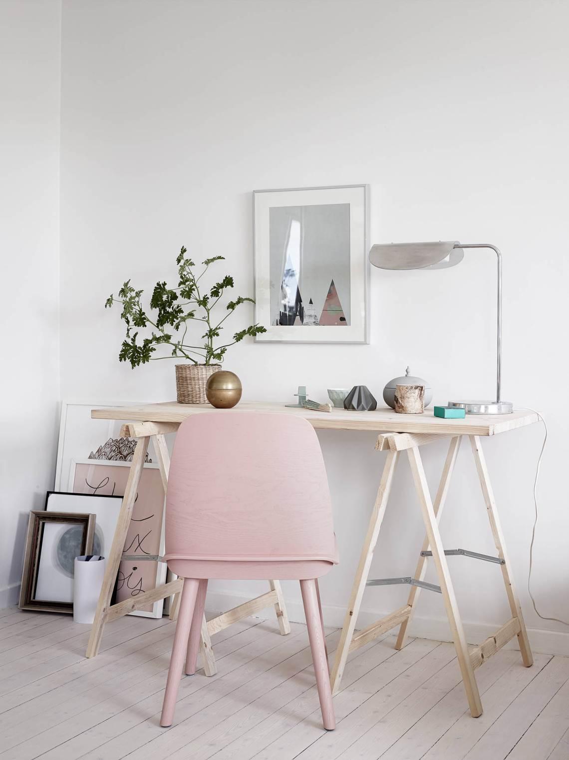 Hemmakontor med rosa stol – styling Emma Fischer foto mäklarbild Stadshem – Husligheter